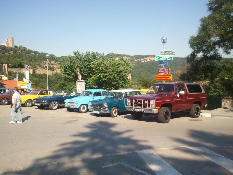 Изложение на ретро автомобили пред хълма Царевец във Велико Търново